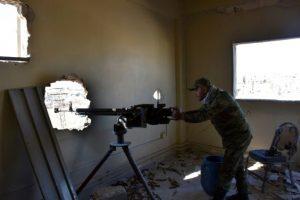 Soldado sirio de las fuerzas del régimen, al mando de una ametralladora desde las ruinas de una casa cercana a la aún rebelde Masaken Hanano, en la zona este de Alepo, el 23 de noviembre de 2016 Foto:George Ourfalian/afp.com