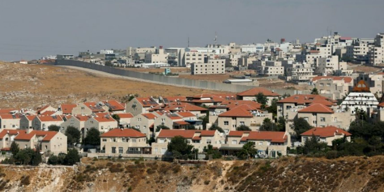Un muro separa el asentamiento judío de Pisgat Zeev (delante) del barrio palestino de Anata (detrás), el 29 de julio de 2016, en Jerusalén Este Foto:Ahmad Gharabli/afp.com