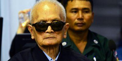 Imagen distribuida por las Cámaras Extraordinarias en las Cortes de Camboya el 23 de noviembre de 2016 que muestra al exlíder de los Jemeres Rojos Nuon Chea, en el tribunal en Phnom Penh, donde se le confirmó la condena a cadena perpetua Foto:Sok Heng Nhet/afp.com
