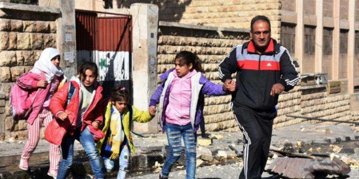 Un centenar de familias intenta huir de los barrios sitiados de Alepo
