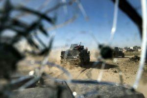 La ventanilla de un vehículo blindado de las fuerzas especiales iraquíes, con impactos de bala, mientras el convoy militar conduce por Adén, en Mosul, a punto de quitarle el control al grupo yihadista Estado Islámico, el 22 de noviembre de 2016 Foto:Thomas Coex/afp.com