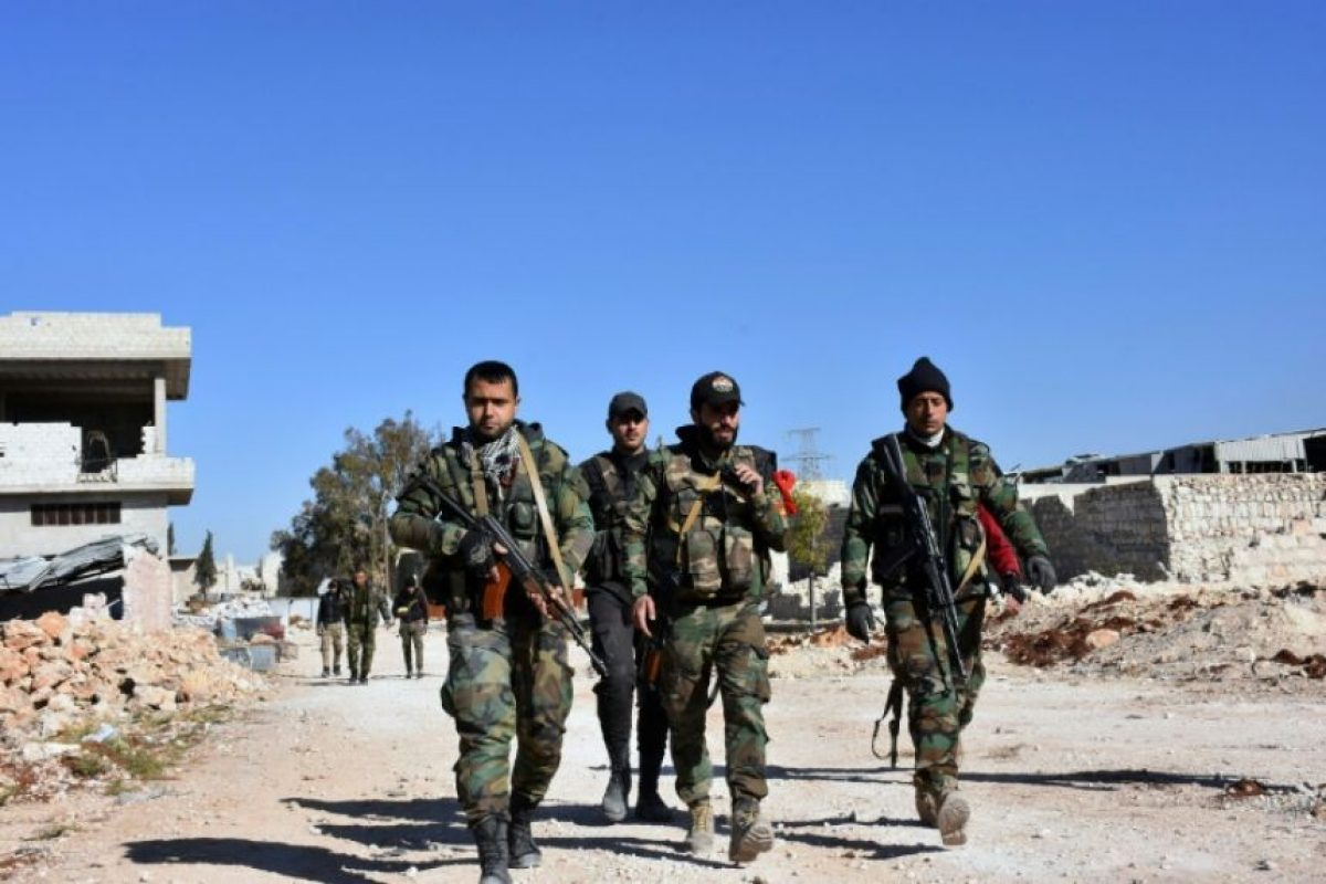 Soldados sirios pertenecientes a las fuerzas del régimen avanzan entre las ruinas del distrito de Baeedin, cerca del aún rebelde Masaken Hanano, en la ciudad de Alepo, el 23 de noviembre de 2016 Foto:George Ourfalian/afp.com