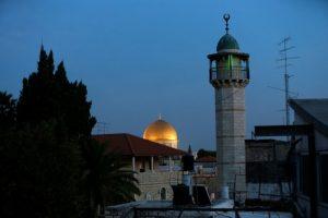 El minarete de una mezquita (dcha) y la Cúpula de la Roca (detrás), vistos desde un barrio palestino en el este de la Ciudad Vieja de Jerusalén, el 21 de noviembre de 2016 Foto:Ahmad Gharabli/afp.com
