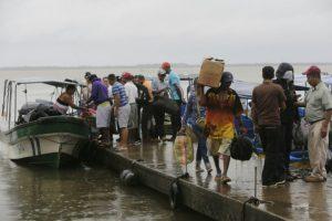 Los residentes locales embarcan en botes antes de la llegada del huracán Otto a Bluefields, Nicaragua el 23 de noviembre de 2016 Foto:INTI OCON/afp.com