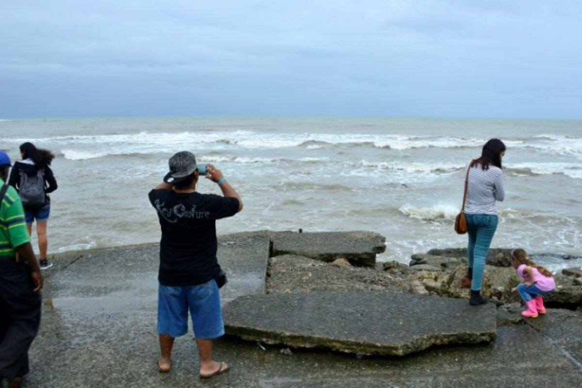 La gente observa el mar en Limon, Costa Rica, el 23 de noviembre de 2016 Foto:EZEQUIEL BECERRA/afp.com