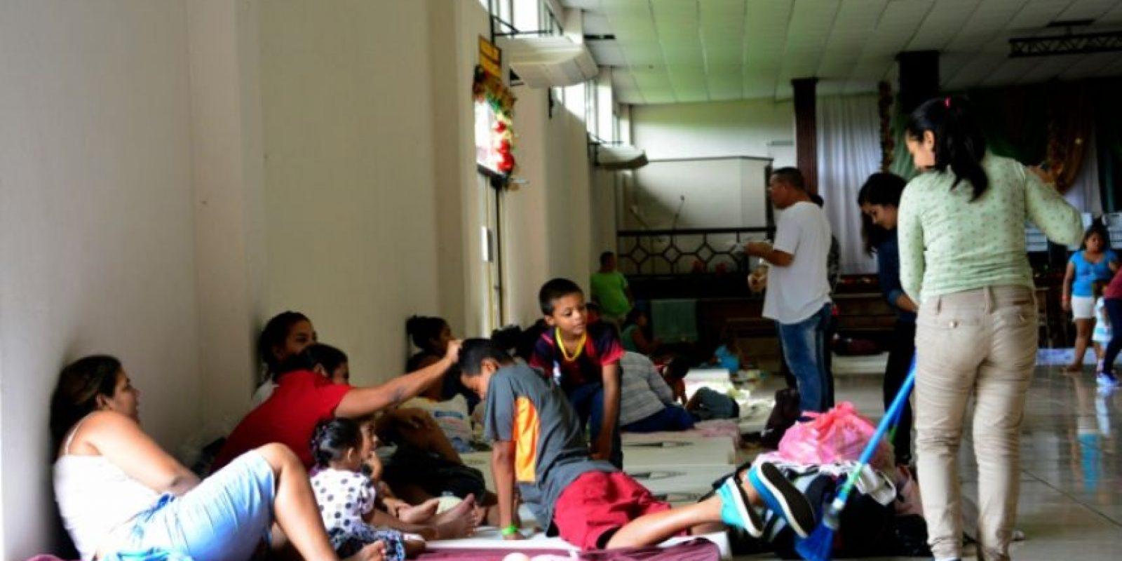 Una familia evacuada se refugia en una iglesia en Guapiles durante el paso del huracán Otto, el 23 de noviembre de 2016 a 100 km de Limon, Costa Rica Foto:EZEQUIEL BECERRA/afp.com