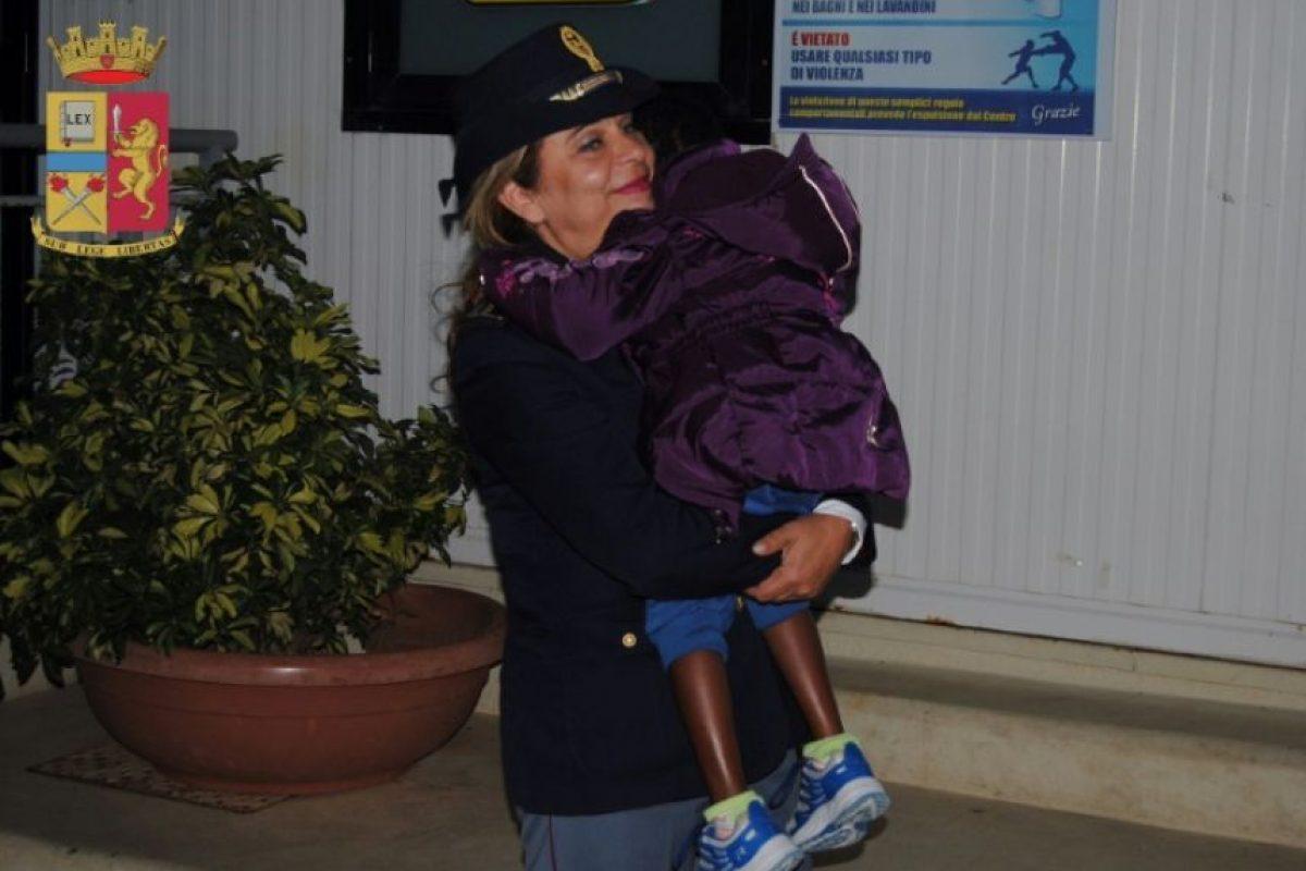 'Mamma Maria', como se conoce a la policía italiana Maria Volpe, especializada en ayudar a niños migrantes y refugiados que llegan a las costas italianas, lleva en brazos a la pequeña marfileña Oumoh, de 4 años, en una foto distribuida por la policía Foto:HO/afp.com