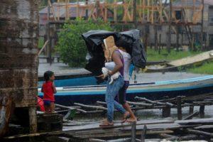 """Las personas cargan sus pertenencias y abandonan sus casas en el barrio """"El Canal"""" antes de la llegada del huracán Otto a Bluefields, Nicaragua el 24 de noviembre de 2016 Foto:INTI OCON/afp.com"""
