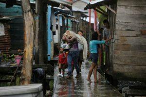 Varias personas llevan sus pertenencias en Bluefields, Nicaragua, ante la llegada del huracán Otto, el 24 de noviembre de 2016 Foto:Inti Ocón/afp.com