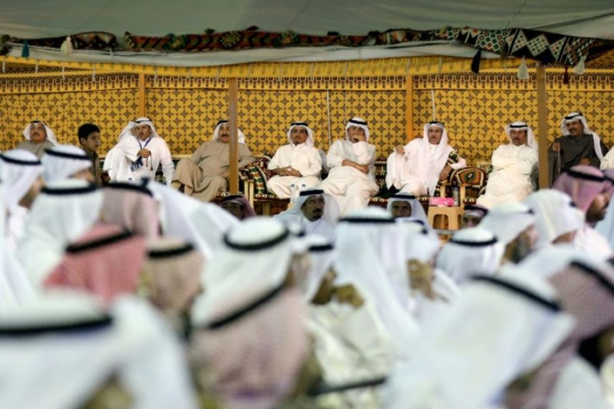 Un grupo de kuwaitíes espera a que comience un mitin de campaña de cara a las próximas elecciones parlamentarias, el 23 de noviembre en Kuwait Foto:Yasser Al-Zayyat/afp.com