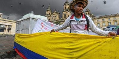 Un hombre se manifiesta pidiendo la implementación inmediata del acuerdo entre el Gobierno colombiano y la guerrilla de las FARC, en Bogotá, el 18 de noviembre de 2016 Foto:Luis Acosta/afp.com