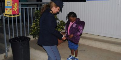 Una niña migrante que llegó sola a las costas de Italia encuentra a su madre