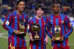 De izquerda a derecha, Ronaldinho Gaúcho, Lionel Messi y Samuel Eto'o, en un partido de La Liga en 2005. Foto:AFP