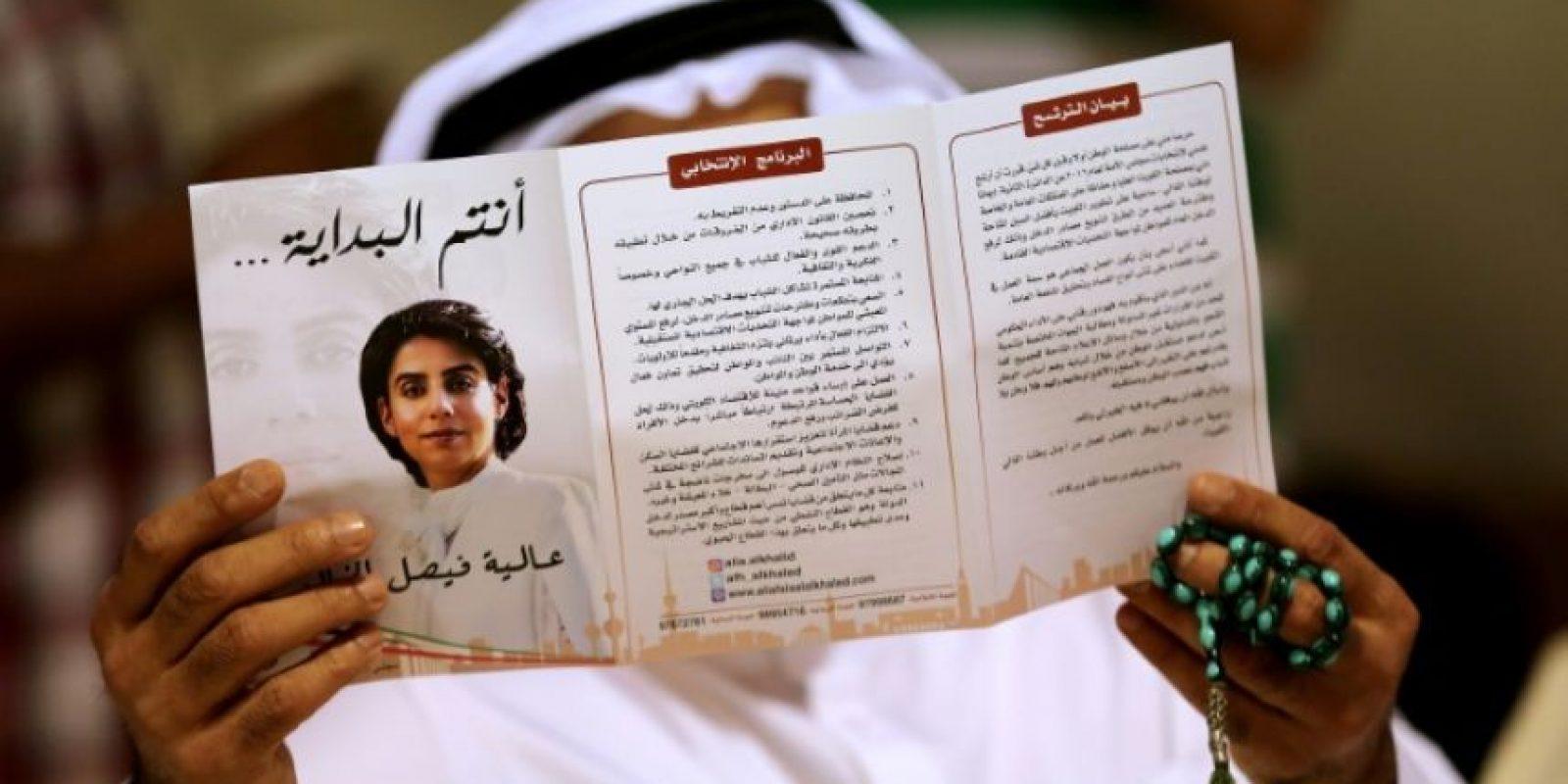 Un kuwaití sostiene un panfleto electoral durante un mitin de la candidata parlamentaria Alia al Jaled, en Kuwait, el 7 de noviembre de 2016 Foto:Yasser Al-Zayyat/afp.com