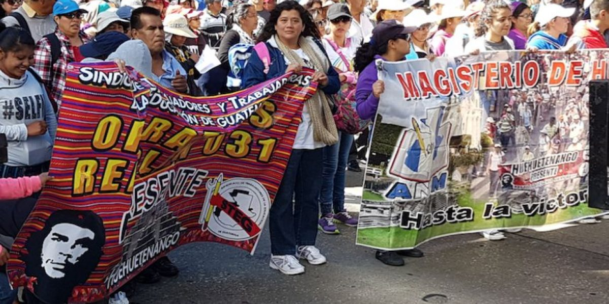 Maestros sindicalizados protestan con una caminata por una ampliación presupuestaria