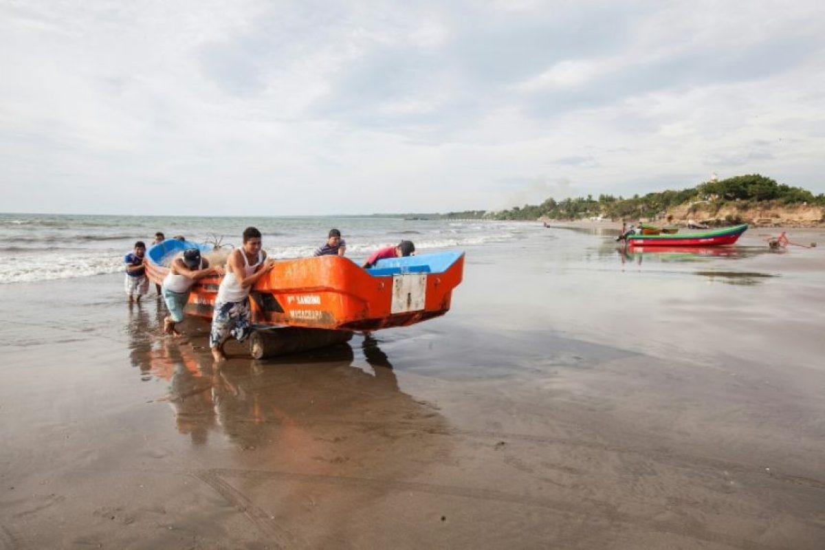 Residentes de la localidad costera de Masacahapa, Nicaragua, retiran una embarcación del mar por una eventual alerta de tsunami, el 24 de noviembre de 2016 Foto:Alfredo ZUNIGA/afp.com