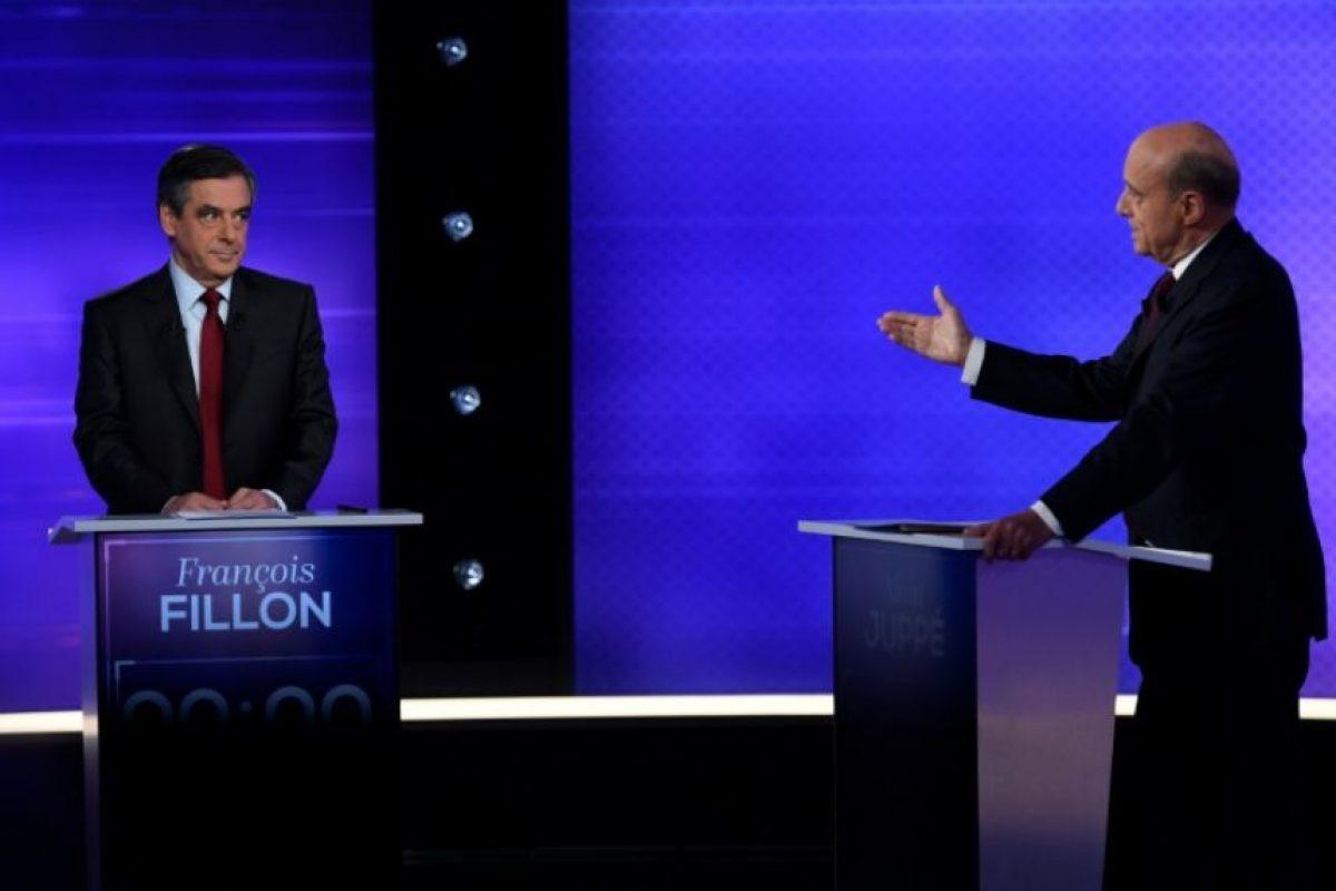 Los favoritos de las primarias de la derecha francesa François Fillon (I) y Alain Juppé, durante un debate televisado, el 24 de noviembre de 2016 Foto:Eric Feferberg/afp.com
