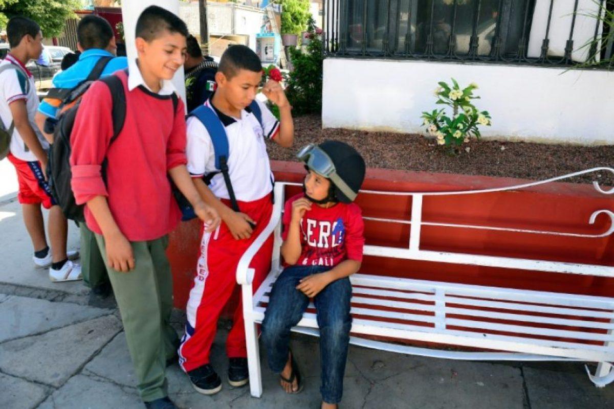 Un niño con un casco de policía departe con sus amigos en el municipio de Buenavista Tomatlan en el estado mexicano de Michoacán, el 12 de febrero de 2014 Foto:Alfredo Estrella/afp.com