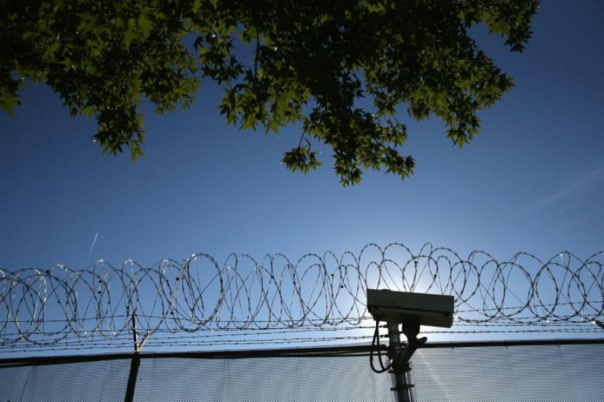 Una cámara y un perímetro de seguridad del Centro de Detención del Condado de York (Pensilvania, Estados Unidos), fotografiada en 15 de septiembre de 2015, durante una manifestación en protesta por la reforma migratoria Foto:John Moore/afp.com