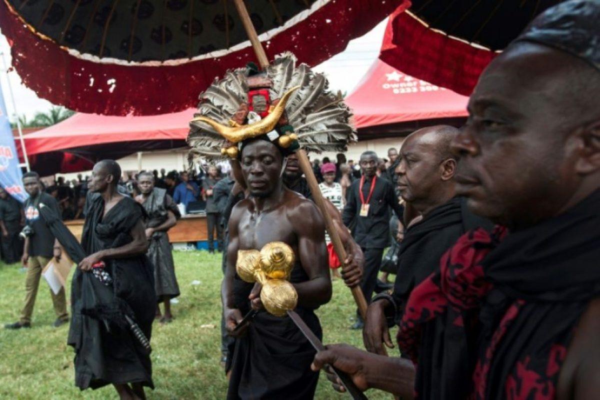 Varias personas participan en ritos tradicionales para despedir a Nana Afia Kobi Serwaa Ampem II, reina de los ashanti, el 24 de noviembre de 2016 en Kumasi, Ghana Foto:Cristina Aldehuela/afp.com