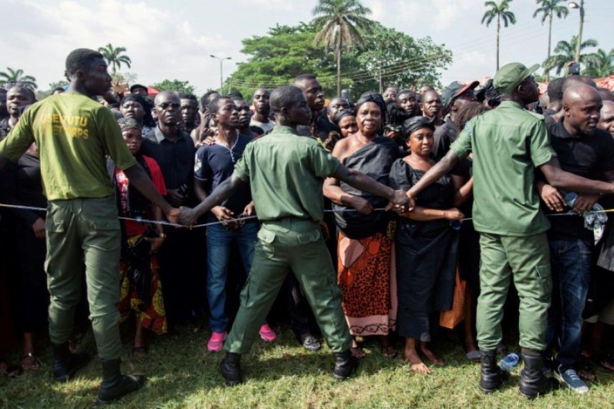 Unos cadetes controlan a la multitud que espera para al presidente de Ghana durante la ceremonia oficial para despedir a Nana Afia Kobi Serwaa Ampem II, reina de los ashanti, el 24 de noviembre de 2016 en Kumasi Foto:Cristina Aldehuela/afp.com