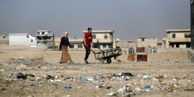 Unos iraquíes caminan por una zona desolada del noreste de Mosul el 24 de noviembre de 2016 Foto:Thomas Coex/afp.com