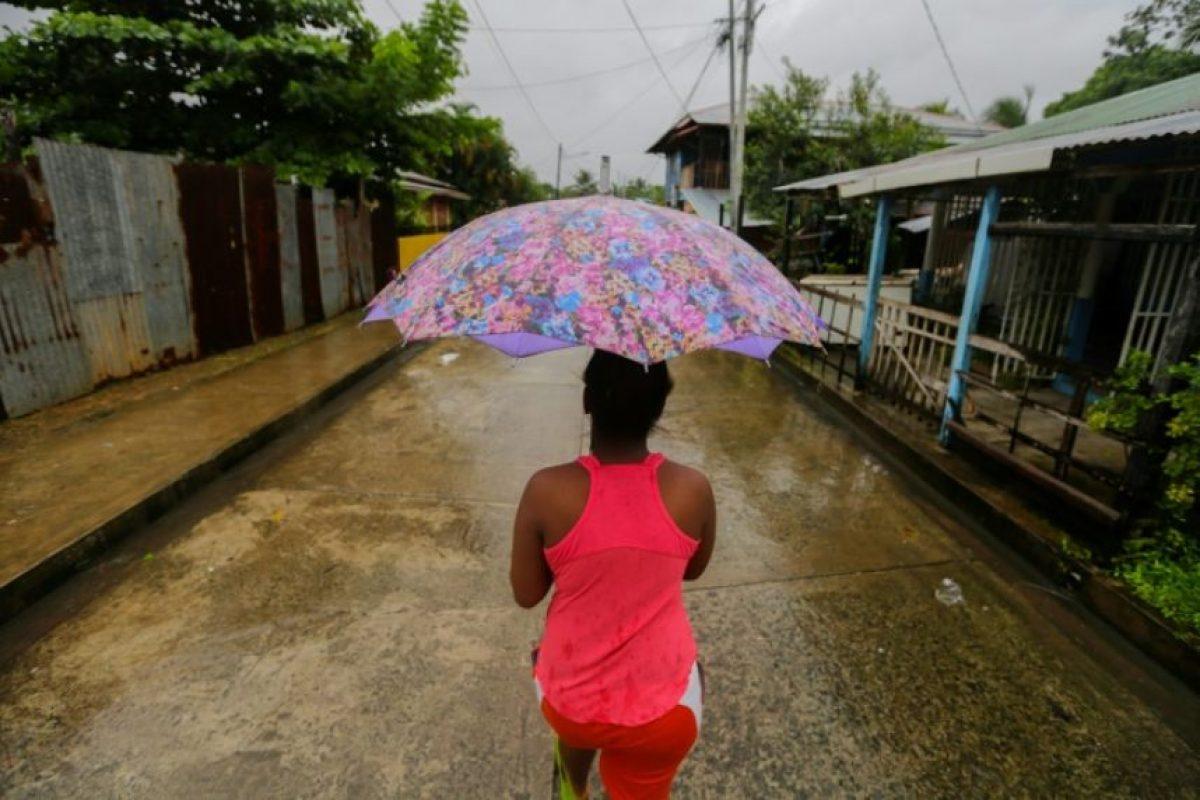 Una mujer camina por una calle del barrio El Canal tras el paso del huracán Otto por el municipio de Bluefields, en Nicaragua, el 24 de noviembre de 2016 Foto:Inti Ocon/afp.com