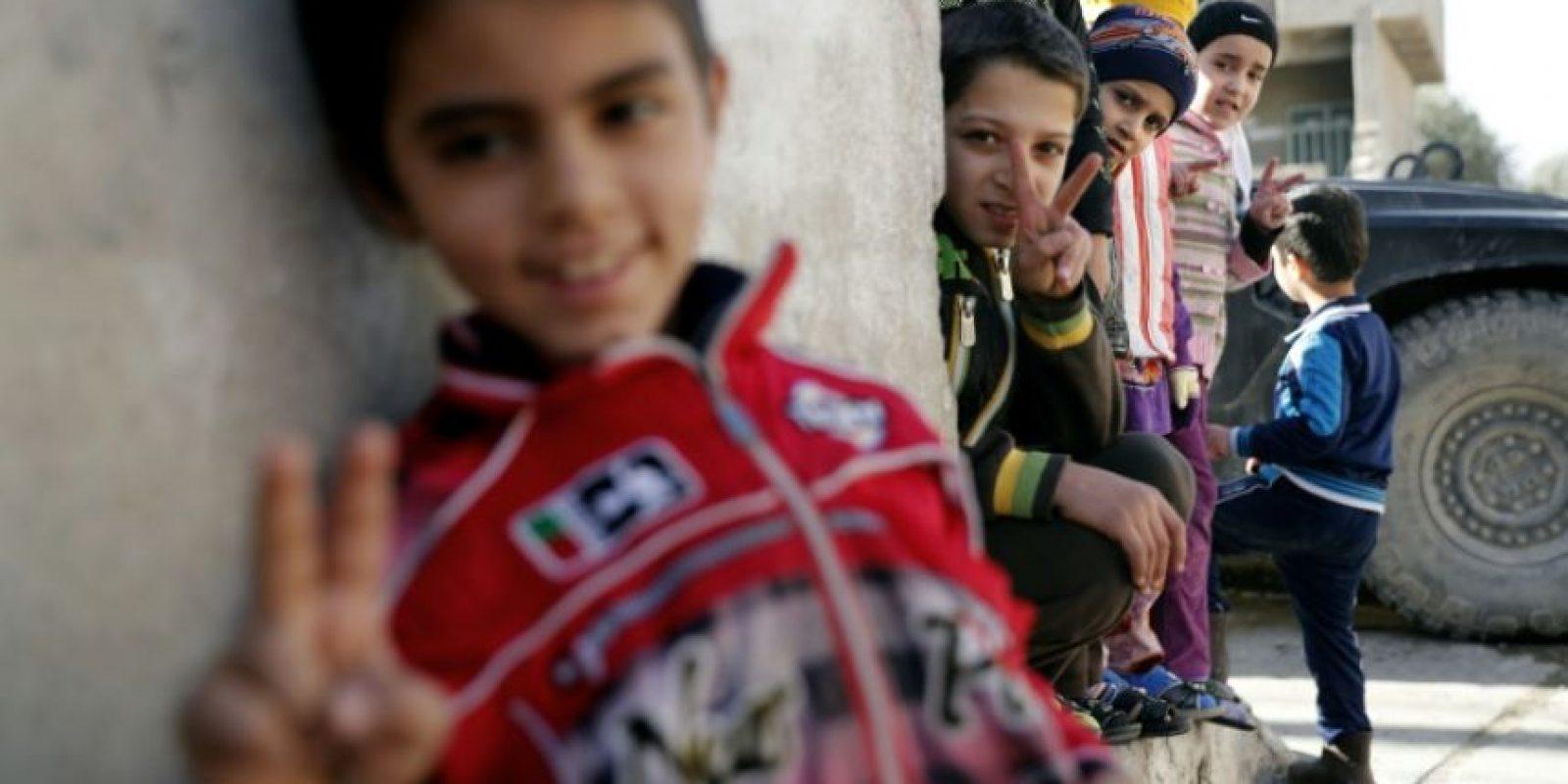 Unos niños iraquíes hacen el signo de la victoria en un barrio del noreste de Mosul Foto:Thomas Coex/afp.com