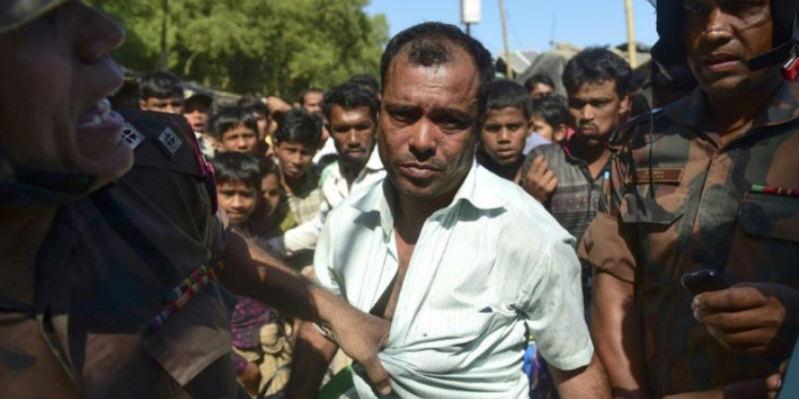 Un guardia de la frontera de Bangladés detiene a un ciudadano sospechoso de espiar para Birmania, en un campo de refugiados en Teknaf, al sur del distrito de Cox's Bazar, Bangladés, el 24 de noviembre de 2016 Foto:Munir Uz Zaman/afp.com