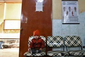 Un niño sirio espera a sus familiares en un hospital de campaña de Duma, cerca de Damasco, tras un ataque aéreo atribuido al régimen sirio sobre este bastión rebelde Foto:Abd Doumany/afp.com