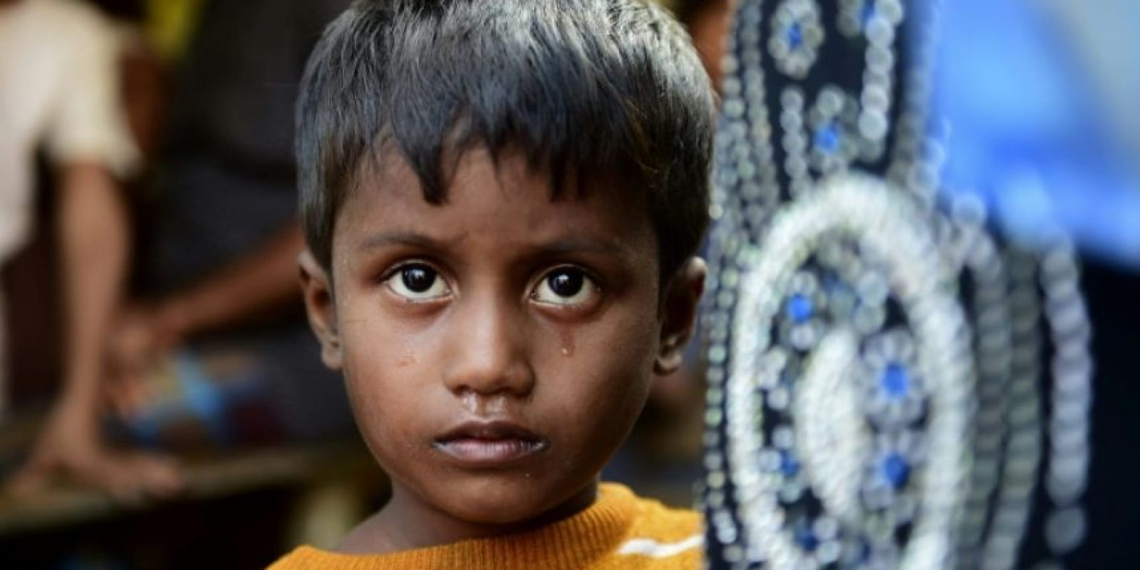 Noor Sahara, una niña rohingya de seis años cuya madre desapareció, posa cerca de un campo de refugiados en Teknaf, al sur del distrito de Cox's Bazar, Bangladés, el 23 de noviembre de 2016 Foto:Munir Uz Zaman/afp.com