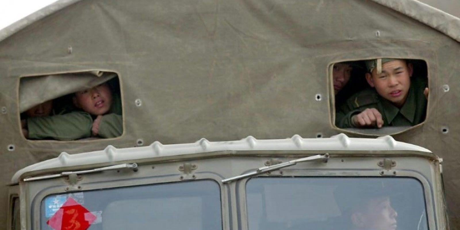 Unos soldados chinos se asoman desde un camión camino a Qiongkuerqiake, epicentro de un terremoto, el 26 de febrero de 2003 Foto:afp.com