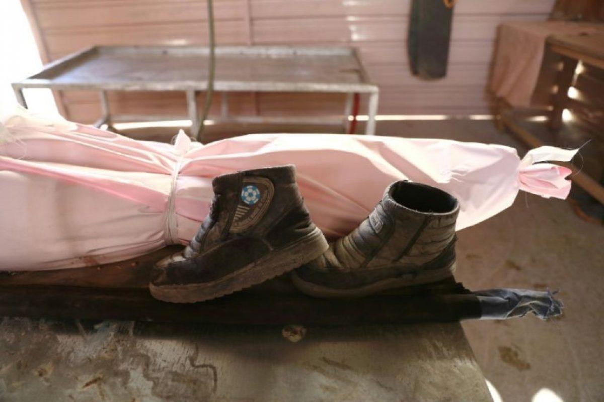 Los zapatos de un niño sirio muerto en un ataque aéreo atribuido al régimen, junto al cuerpo sin vida de su dueño en Duma, a la afueras del este de Damasco, el 25 de noviembre de 2016 Foto:Abd Doumany/afp.com