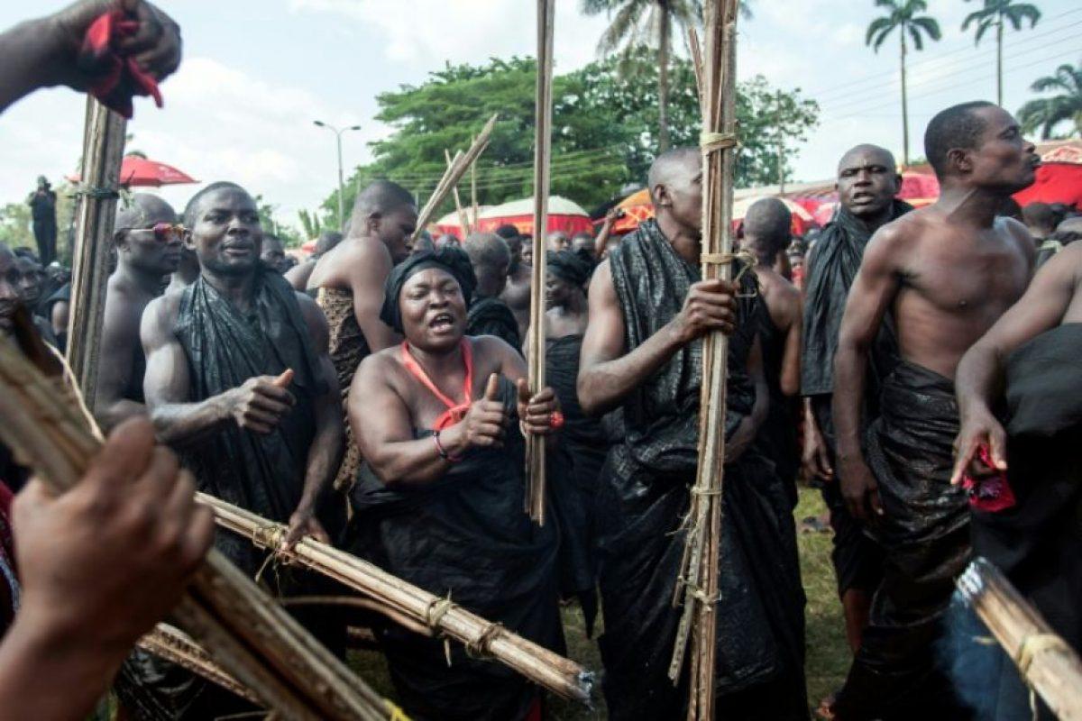 Varias personas cantan durante la ceremonia oficial para despedir a Nana Afia Kobi Serwaa Ampem II, reina de los ashanti, el 24 de noviembre de 2016 en Kumasi, Ghana Foto:Cristina Aldehuela/afp.com