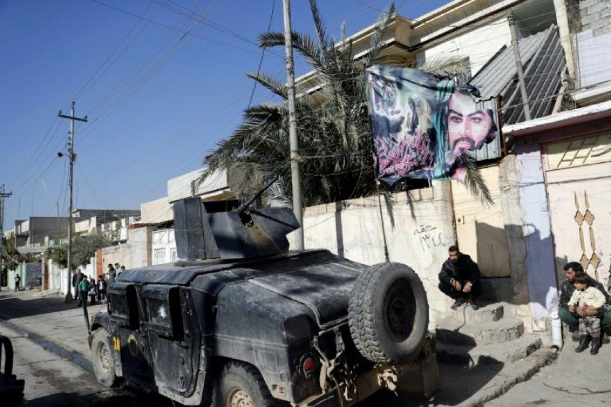 Una bandera con un retrato del nieto del profeta Mahoma, el imán Husein, ondea sobre un vehículo de las fuerzas especiales iraquíes que patrulla en el noreste de Mosul el 24 de noviembre de 2016 Foto:Thomas Coex/afp.com