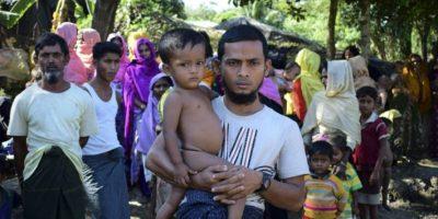 El refugiado musulmán rohingya Mohamad Ayaz sostiene en brazos a su hijo Mohamad Osman junto a dos upervivientes de su familia el 24 de noviembre de 2016 en un campamento en Ukhiya, Bangladés Foto:Sam Jahan/afp.com