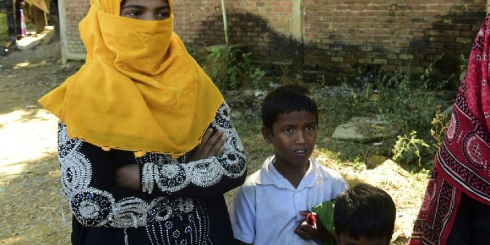 Noor Sahara, una niña rohingya de seis años, su vecina Roshida y el sobrino de esta posan cerca de un campamento de refugiados en Teknaf, al sur del distrito de Cox's Bazar, Bangladés, el 23 de noviembre de 2016 Foto:Munir Uz Zaman/afp.com