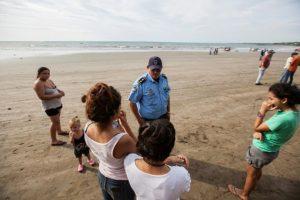 Unos residentes de la localidad costera de Masacahapa hablan con un agente de policía en el municipio de San Rafael del Sur, Nicaragua, el 24 de noviembre de 2016 Foto:Alfredo Zuniga/afp.com