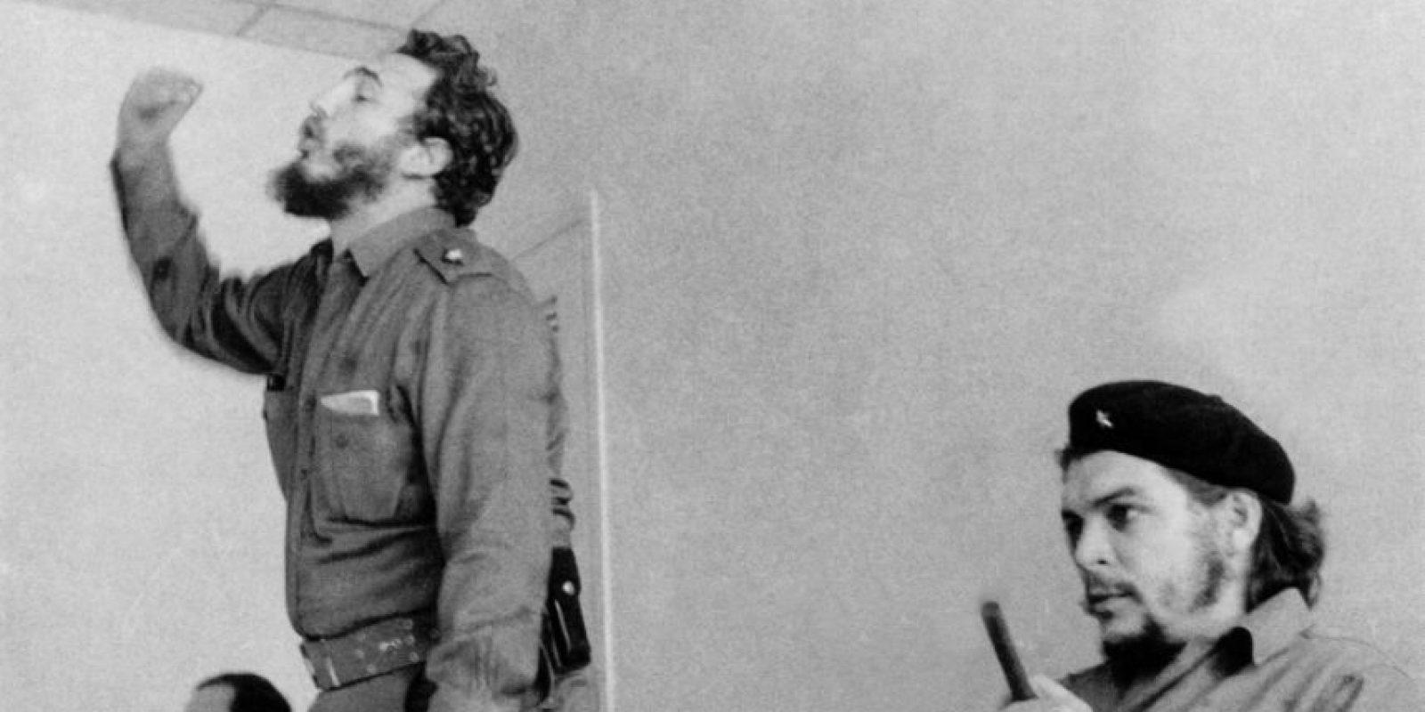 Fidel Castro habla durante una reunión en presencia del guerrillero argentino Ernesto 'Che' Guevara en una fotografía sin fecha tomada en los años 60 en La Habana Foto:-/afp.com