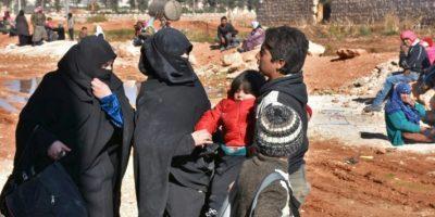 Familias sirias desplazadas por el asedio del régimen a los rebeldes en el este de Alepo, busca refugio en un campo improvisado por el gobierno en el barrio de Jibrin, el 27 de noviembre de 2016 Foto:GEORGE OURFALIAN/afp.com