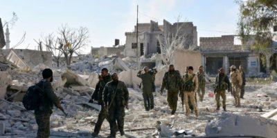 Las fuerzas del régimen sirio recorren un barrio rebelde de Alepo luego de tomar el control en esa zona del este colindante con Masaken Hanano, el 27 de noviembre de 2016 Foto:GEORGE OURFALIAN/afp.com