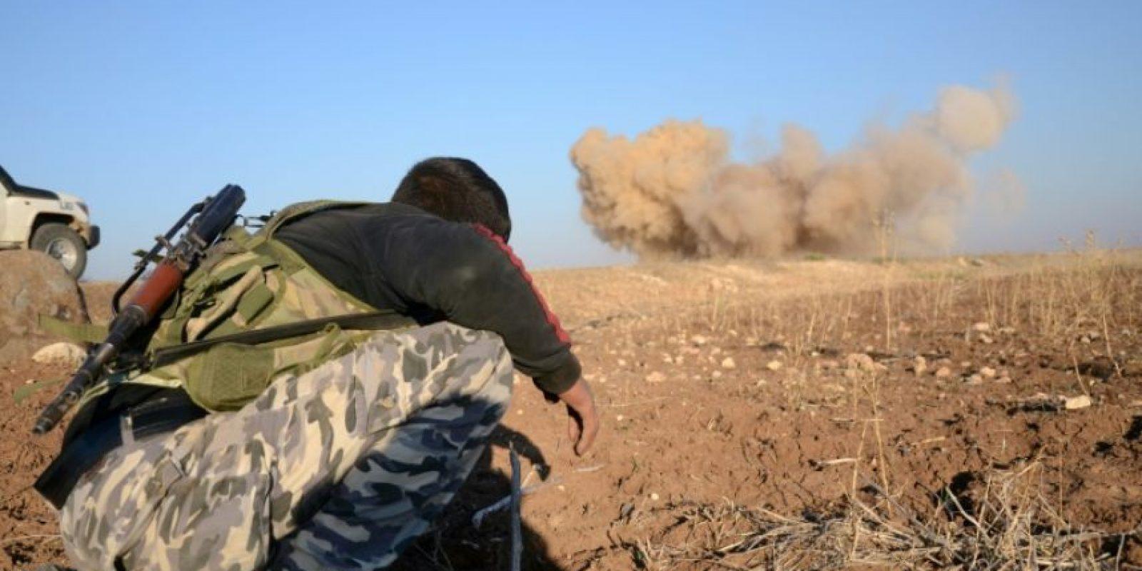 Un combatiente rebelde observa la explosión de una mina colocada por el grupo Estado Islámico en el pueblo de Tilalayn, cerca de la localidad de Dabiq, el pasado 25 de noviembre al norte de Siria Foto:Nazeer al Khatib/afp.com