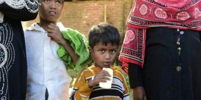Noor Sahara (c), una niña rohingya de seis años que cruzó la frontera con una vecina y su sobrino (i), fotografiada el 23 de noviembre de 2016 en el campamento de refugiados de Teknaf, en Bangladés Foto:Munir Uz Zaman/afp.com