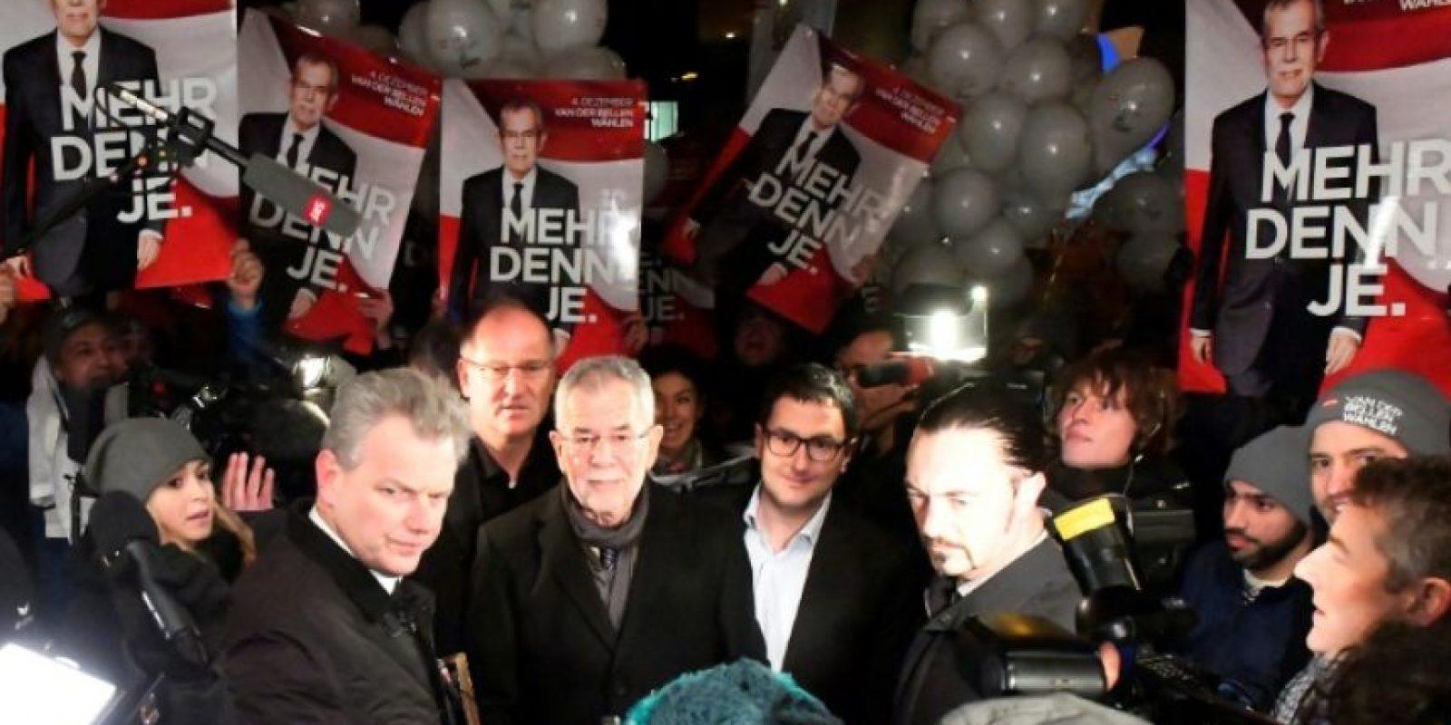 El candidato presidencial austriaco por los Verdes, Alexander van der Bellen (C), antes de un debate televisivo con su contrincante Norber Hofer en Viena, el 27 de noviembre de 2016 Foto:Joe Klamar/afp.com