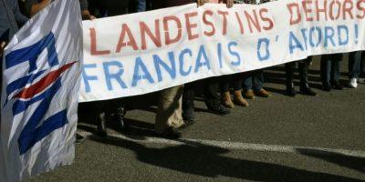 """Unos manifestantes portan una pancarta que reza: """"Fuera inmigrantes ilegales, franceses primero"""", durante una concentración del Frente Nacional en contra de la acogida de 90 solicitantes de asilo, en Limoux, el 15 de octubre de 2016 Foto:Pascal Pavani/afp.com"""
