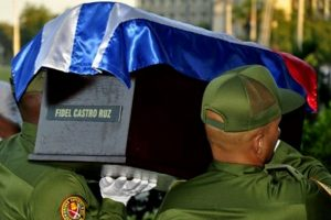 """Miembros del Ejército cubano cargan la urna con las cenizas de Fidel Castro durante la llamada """"Caravana de la libertad"""", el 30 noviembre de 2016 en La Habana Foto:HO/afp.com"""