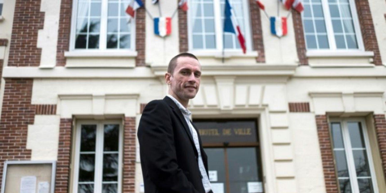 Cyril Nauth, alcalde de Mantes-la-Ville por el Frente Nacional, frente al ayuntamiento de la ciudad francesa, el 31 de marzo de 2014 Foto:Fred Dufour/afp.com