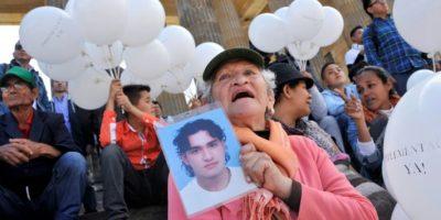 Una mujer exhibe el retrato de un familiar desaparecido durante una manifestación para exigir el respaldo al nuevo acuerdo de paz entre el gobierno colombiano y las FARC fuera del Congreso colombiano, el 30 de noviembre de 2016 en Bogotá Foto:GUILLERMO LEGARIA/afp.com