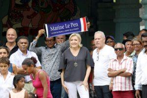 La candidata presidencial francesa por el Frente Nacional, Marine Le Pen (C), rodeada de varios seguidores en el departamento de ultramar francés Reunión, cerca de Madagascar, en una visita el 27 de noviembre de 2016 a un templo hindú Foto:Richard Bouhet/afp.com