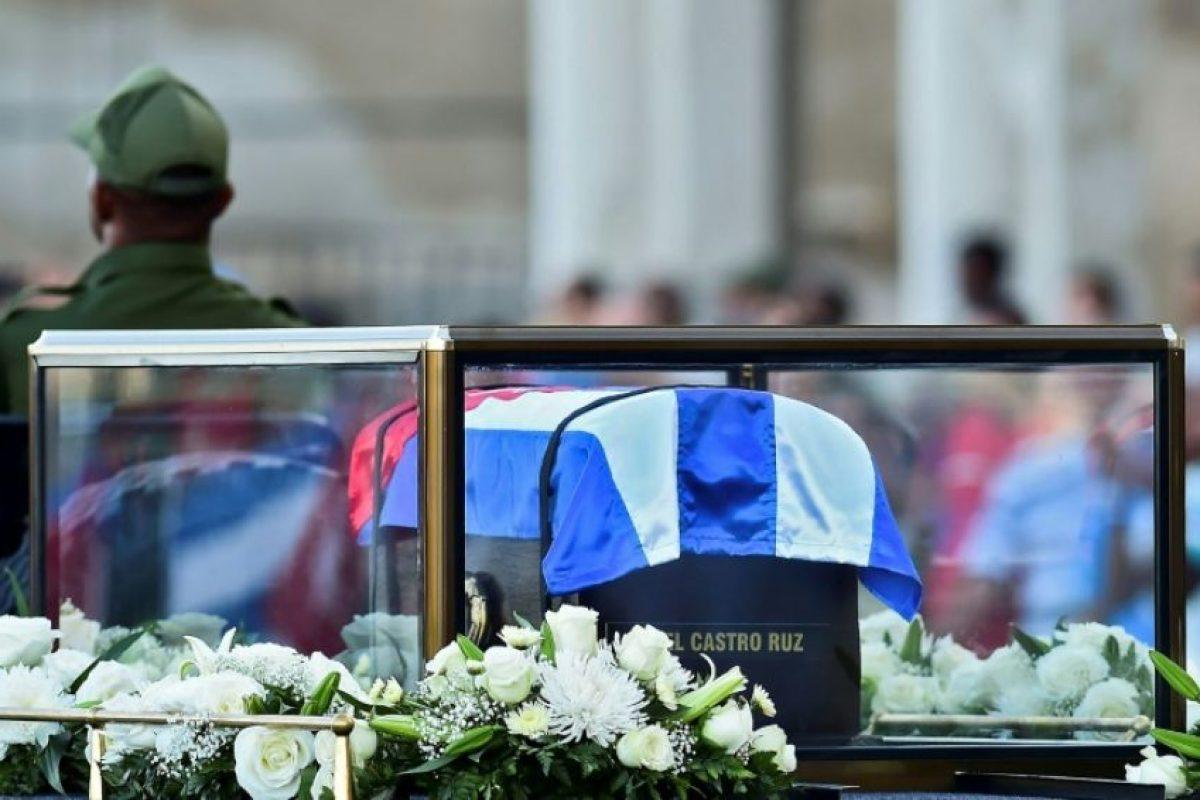 La urna con las cenizas de Fidel Castro comienza a ser trasladada desde el monumento a José Martí en La Habana hasta Santiago de Cuba, el 30 de noviembre de 2016 Foto:Ronaldo SCHEMIDT/afp.com